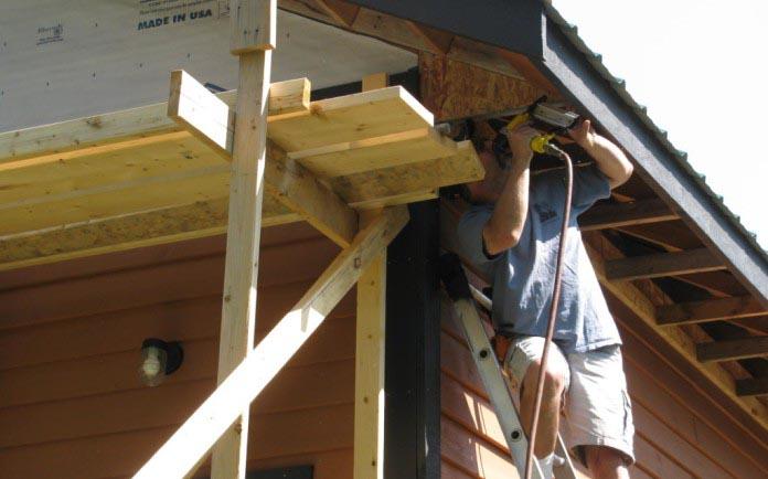 Обшивка крыши осуществляется с применением строительных лесов или лестницы
