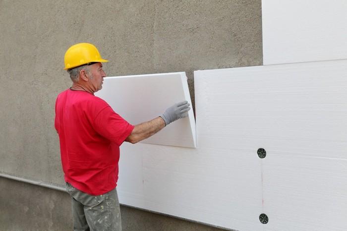 Крепление пенопласта к стене осуществляется с помощью дюбелей
