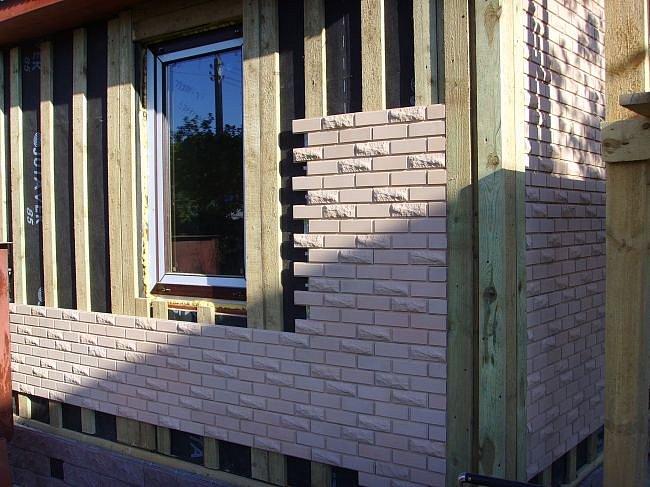 Любой из строительных материалов может служить основой для монтажа отделочной плитки «Каньон»