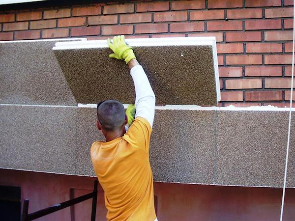 Довольно часто необходимость производить наружную отделку связана с проведением работ по утеплению фасада строения