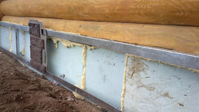 Для формирования максимально качественной обшивки цокольной части любого дома целесообразно выполнить несущую каркасную конструкцию на основе UD-профиля с размерами 5 × 3 см