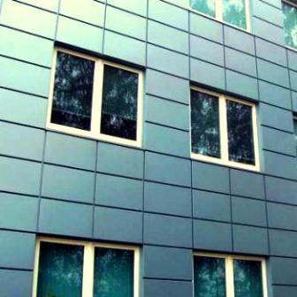 Металлические панели очень долговечны и прочны, такой фасад будет очень долго сохранять свой облик