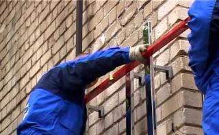 Установку керамогранитного фасада лучше поручить специалистам, если у самого нет опыта