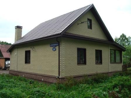 Фасадная плитка с имитацией натурального камня или кирпича – один из самых популярных материалов