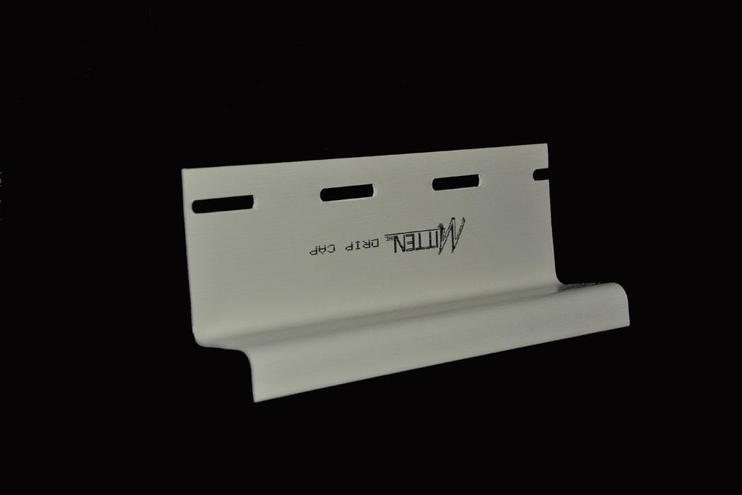 Водосток, устанавливаемый на верхней оконной части под J-образным профилем или на оконной накладке для водоотвода. Такие составляющие устанавливаются под стартовые планки над цоколем