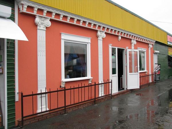 Для отделки фасадов магазинов наиболее часто применяются штукатурка, натуральный камень, современные термопанели, сайдинг
