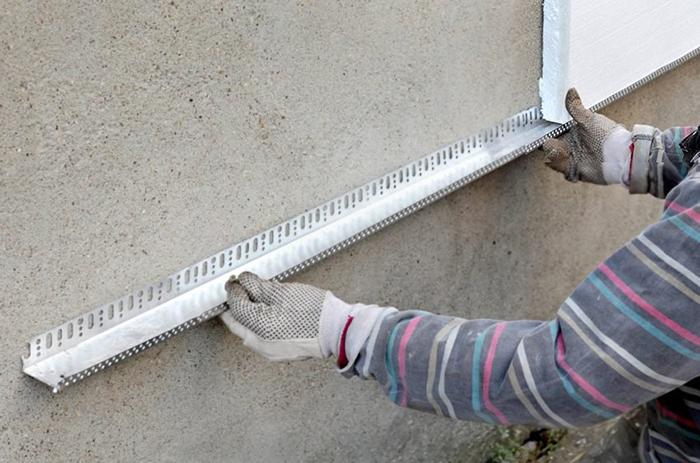 Перед проведением монтажных работ стены здания должны быть абсолютно чистыми и сухими
