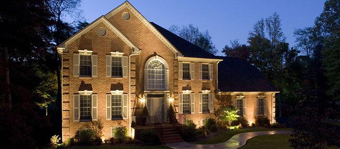 Даже самый обычный дом с традиционной отделкой может значительно преобразиться при правильном выполнении подсветки