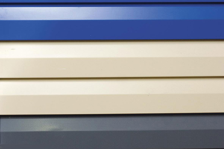 Цветной вариант сайдинга на основе металла имеет более яркий и насыщенный внешний вид, чем виниловый отделочный материал