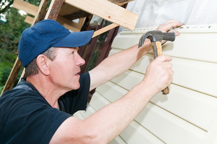 Монтажные работы по установке фасадных или цокольных металлических панелей сайдинга отличаются предельной простотой и лёгкостью