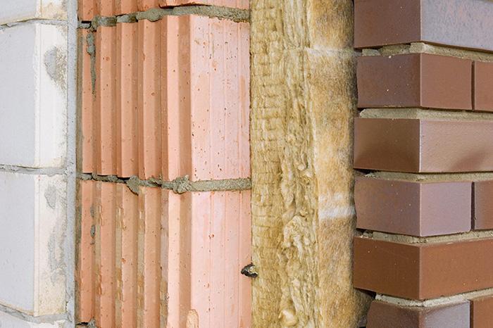 Внутристеновой способ очень востребован для строящегося дачного дома из газосиликатных блоков, когда облицовка здания ещё не проведена