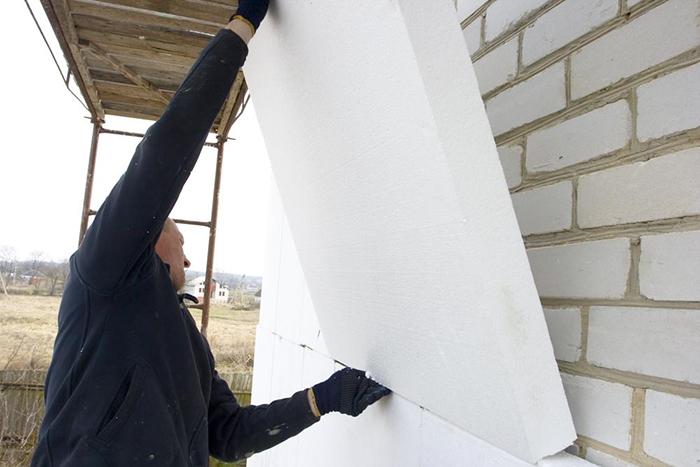 Несмотря на определенные недостатки, технология утепления фасада дома пенопластом очень востребована
