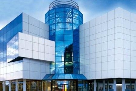 Легкость панелей – еще один плюс для отделки фасадов высотных зданий