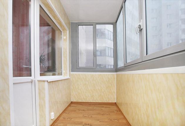 Для балконов и лоджий преимущество следует отдать пластиковым сайдинговым панелям