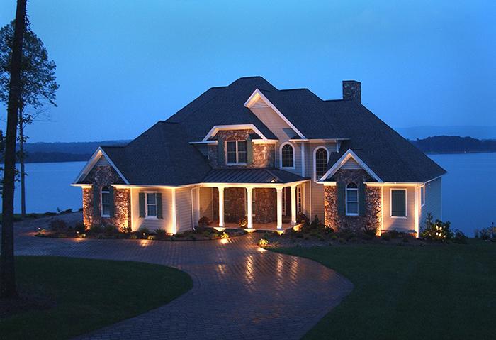 Скрытая подсветка отдельных фасадных элементов используется для выделения светом карнизов крыш или нижней плоскости балконных плит