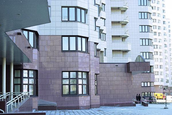 Качественная плитка в сочетании с грамотным выполнением облицовочных работ станут гарантией получения уникального по своим характеристикам оформления фасада