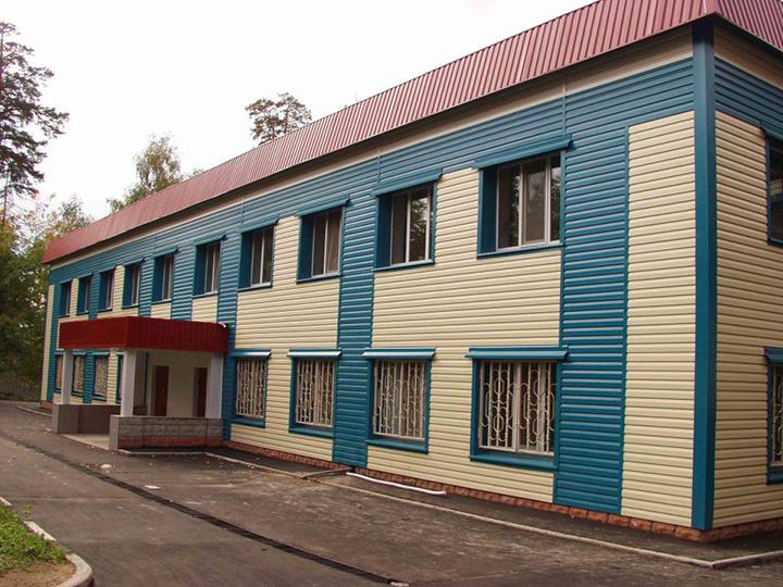 Металлический сайдинг наиболее часто используется при облицовке фасада зданий общественного и промышленного назначения