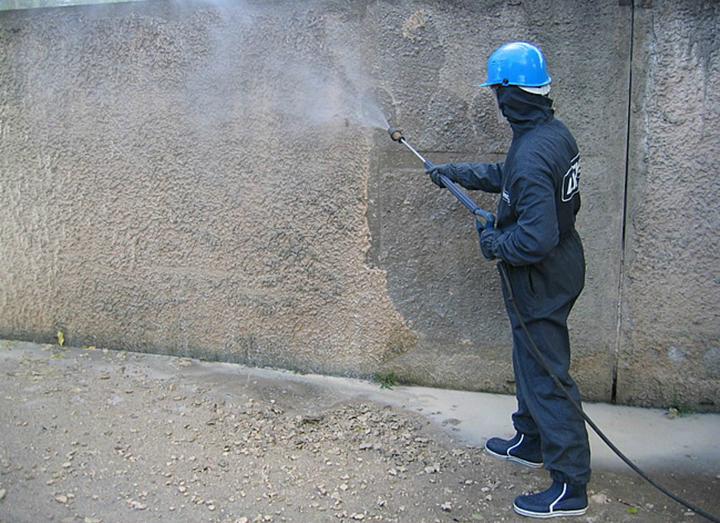 При пескоструйной очистке фасадов удаление загрязнений производится при помощи абразивных веществ
