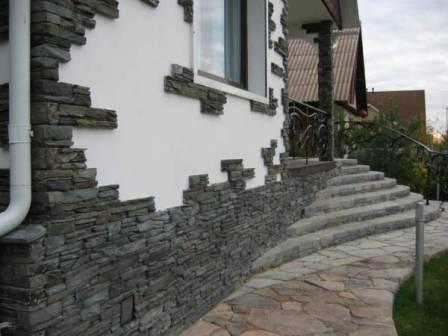 При отделке фасада искусственным камнем рекомендуется соблюдать определенный температурный режим