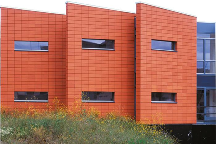 Использование керамической плитки для оформления фасада здания лишает стеновые поверхности возможности пропускать скопившуюся влагу