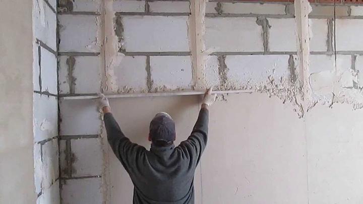 Оштукатуривание ведётся по маякам, если имеют место значительные перепады стены