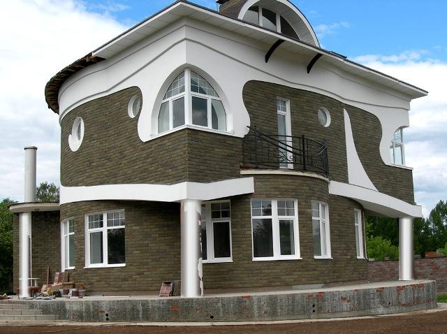Кроме впечатляющего внешнего вида фасадам из натурального камня присуща еще и достаточная практичность
