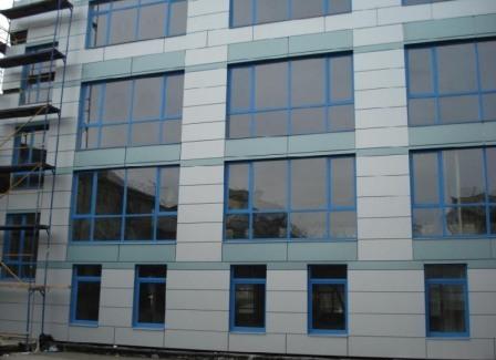 Навесные фасады не только сохраняют тепло, но и предупреждают перегрев здания