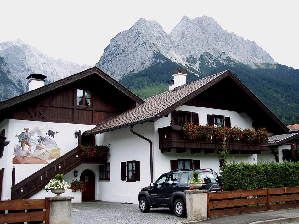 Для оформления фасада в баварском стиле характерно наличие росписи стен и зон около окон, отделка декоративной штукатуркой с созданием на поверхности фасада необычного рисунка