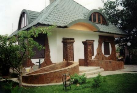 Фасад из природного камня органично вписывается в ландшафтный дизайн