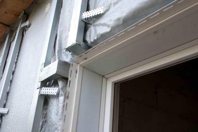 Удобно применять планку сайдинга, если ведется строительство дома с проектом, предусматривающим определенные размеры откосов у окон