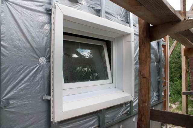 В первую очередь, проводя монтаж, стоит учитывать, что в холодное время материал планок сжимается, а в теплое – расширяется. Это значит, что необходимо оставить зазор