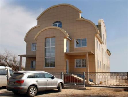 Керамогранитный фасад будет служить не один десяток лет, он также не требователен в уходе