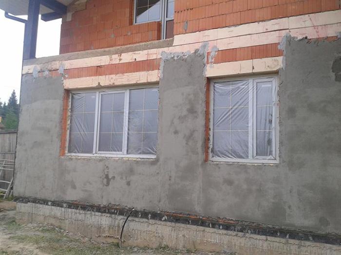Целью подготовительных работ перед установкой утеплителя на фасад здания является очистка поверхностей от сильных загрязнений и выравнивание стен до оптимального уровня