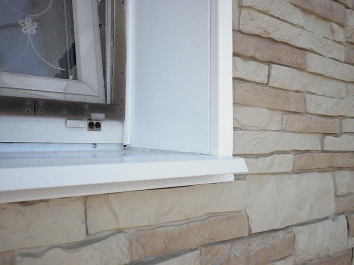 Пластиковые профиль-панели – очень доступный в плане цены и монтажа вариант отделки окон на фасаде
