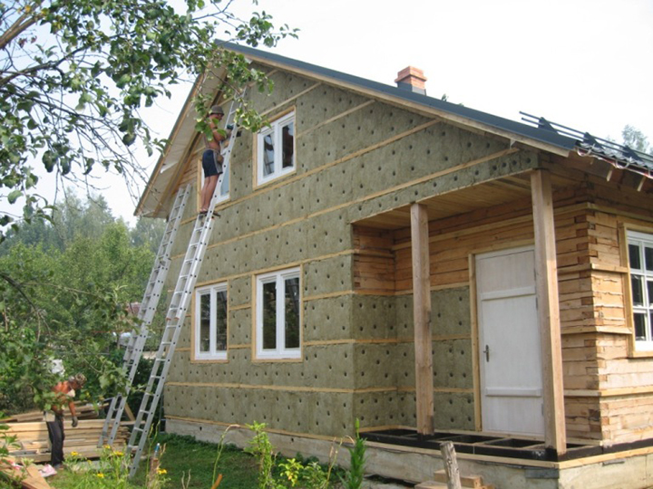 Основной задачей любого теплоизолирующего материала для стен является снижение тепловых потерь благодаря уменьшению показателей теплоотдачи по периметру здания