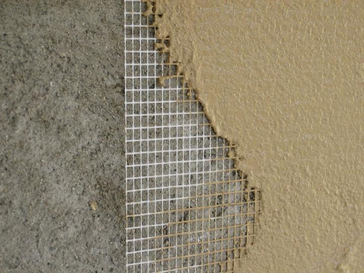В ряде случаев перед началом оштукатуривания используется специальная сетка, обеспечивающая отличное сцепление с рабочей поверхностью