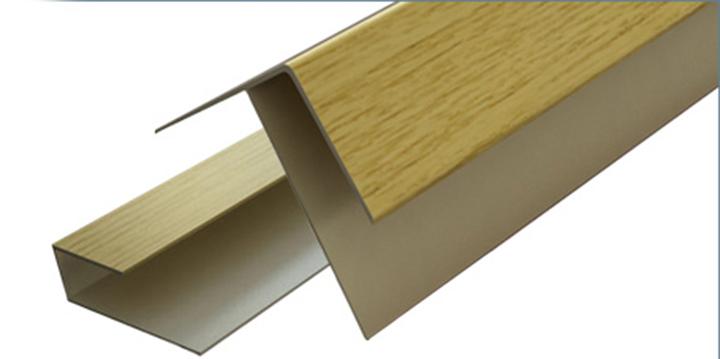 F-образный профиль применяется, чтобы прикрыть обрезанные концы софита