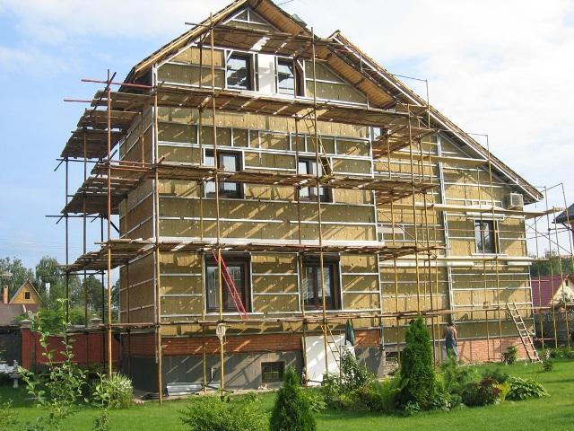 При капитальном ремонте фасада здания слой старой облицовки полностью удаляется, стена очищается от остатков штукатурки, и все отделочные работы производятся заново
