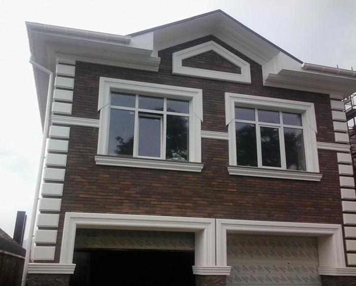 Следует помнить, что каждый декоративный элемент оконного обрамления должен соответствовать своему назначению и выгодно подчёркивать все особенности дизайна фасада