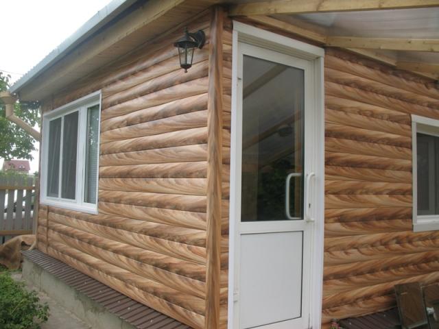 Применение винилового сайдинга дает возможность создания образа рубленного деревянного дома