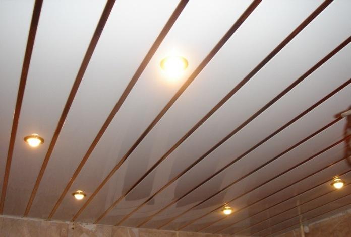 Сайдинговые панели хорошо зарекомендовали себя при обшивке потолочной поверхности