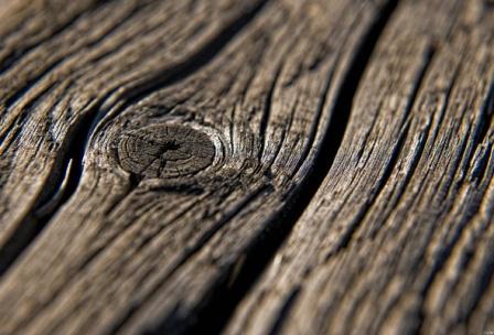 Подготовка древесины включает: удаление старого слоя краски, шпаклевка, шлифовка и грунтовка