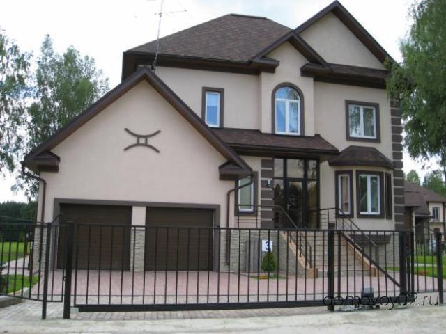 Вентилируемый фасад – самый распространённый, подразумевает, что облицовочные материалы крепятся на металлический каркас к несущей стене
