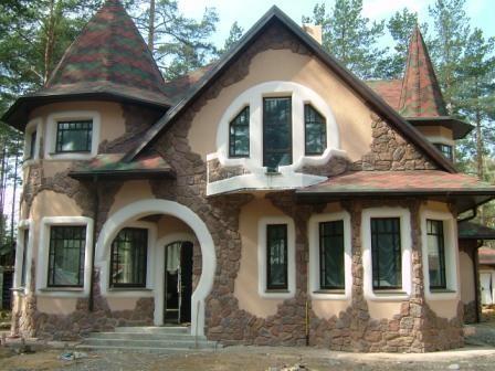 Декоративный камень предоставляет практически неограниченные возможности по отделке фасада