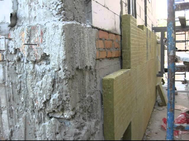 Утеплять фасад можно каменной, стекловолоконной либо базальтовой минватой. Представленные материалы не боятся огня и значительно утепляют стены
