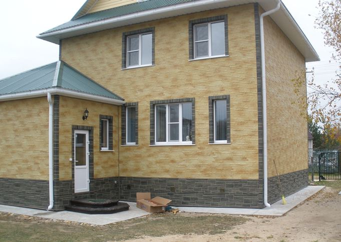 Особенностью технологии производства бетонного сайдинга является возможность получения отделки, точно имитирующие натуральные отделочные материалы