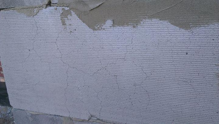 Отсутствие армирующей сетки приводит к быстрому разрушению штукатурки