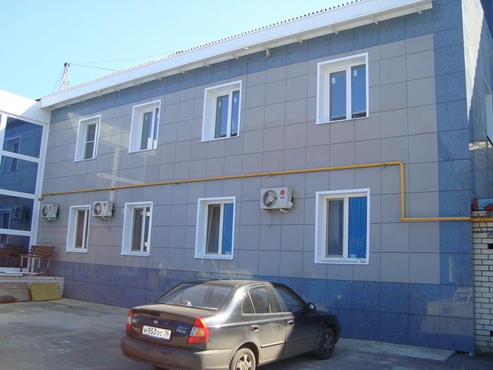 Керамогранитная плитка наиболее часто выпускается в форме квадрата и значительных размеров, что удобно для обустройства фасадов большой площади
